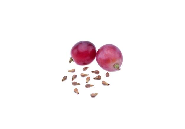 Raisin rouge et graines isolés sur fond blanc