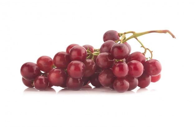 Raisin rouge isolé sur fond blanc