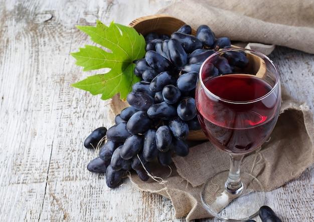 Raisin et verre de vin rouge