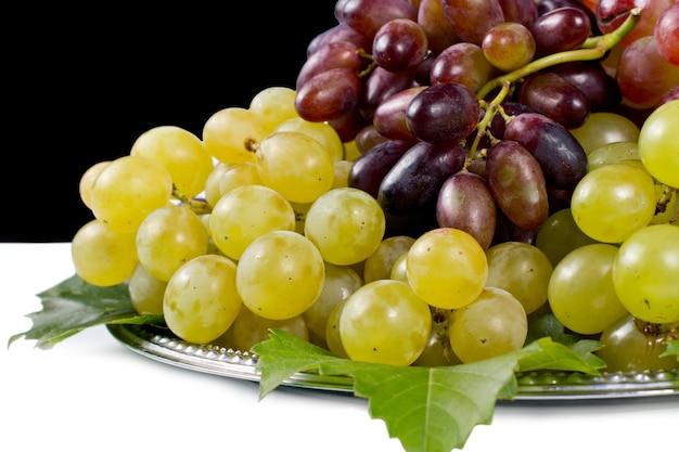 Raisins blancs et rouges servis sur un plateau en métal