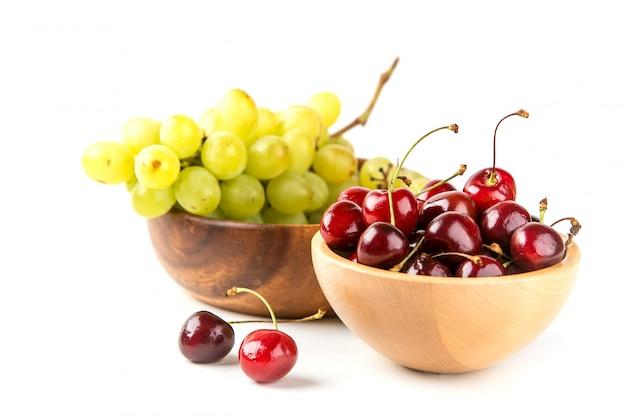 Raisins et cerises dans les bols