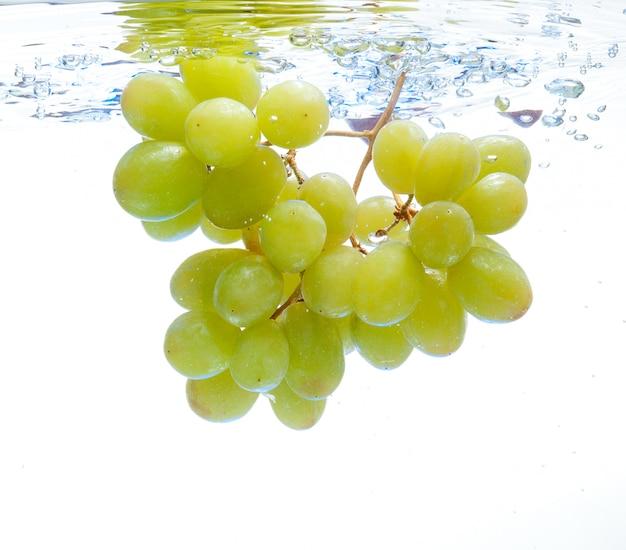 Des raisins dans l'eau