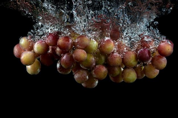Raisins frais dans l'eau