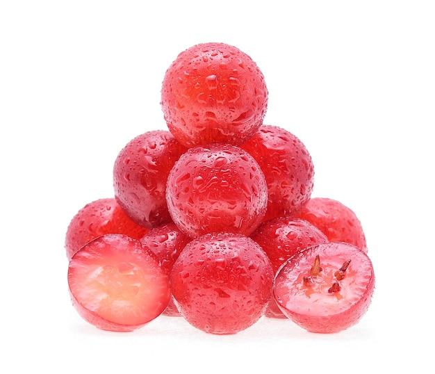Raisins avec des gouttes d'eau isolé sur fond blanc