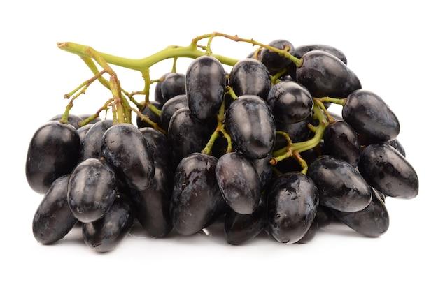 Raisins juteux isolés sur blanc