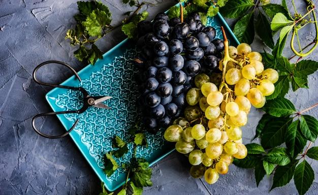 Des raisins sur la plaque en céramique