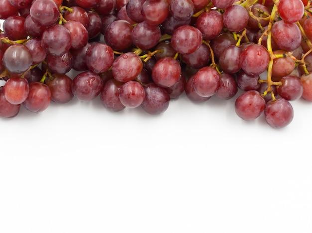 Raisins rouges sur un fond blanc