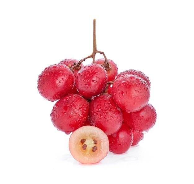 Raisins rouges avec goutte d'eau isolé.