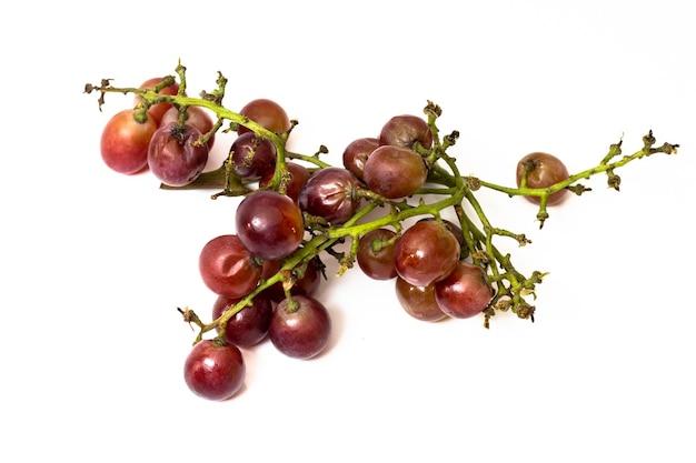 Raisins rouges pourris isolés sur blanc