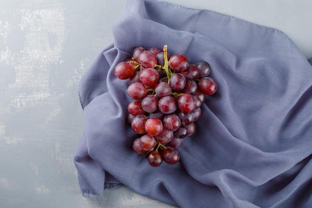 Raisins rouges sur textile et plâtre,