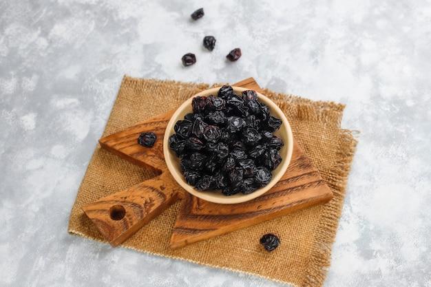 Raisins secs biologiques - prunes séchées à la lumière