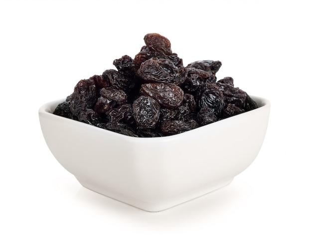 Raisins secs sur blanc.