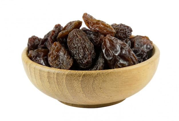 Raisins secs bois bois isolé sur blanc avec un tracé de détourage