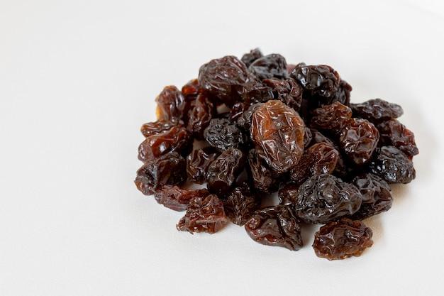 Raisins secs sur fond blanc