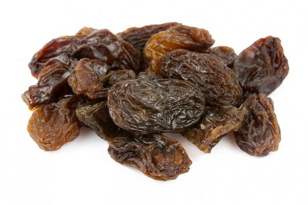 Raisins secs isolés sur blanc avec un tracé de détourage