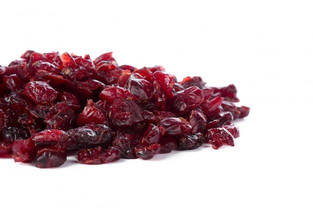 Raisins secs isolés sur fond blanc