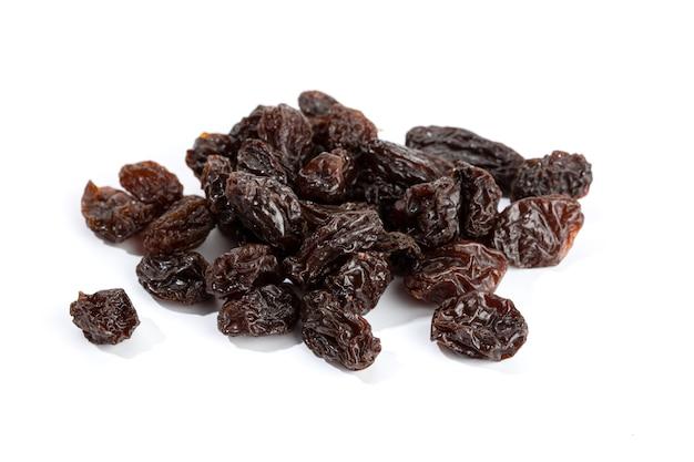 Raisins secs isolés sur une surface blanche. raisin séché