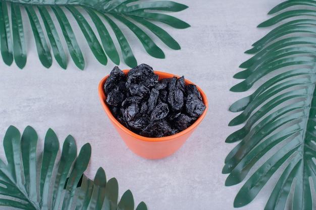 Raisins secs noirs isolés sur fond de béton. photo de haute qualité