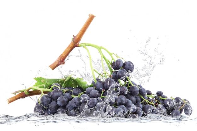 Raisins tombant dans l'eau