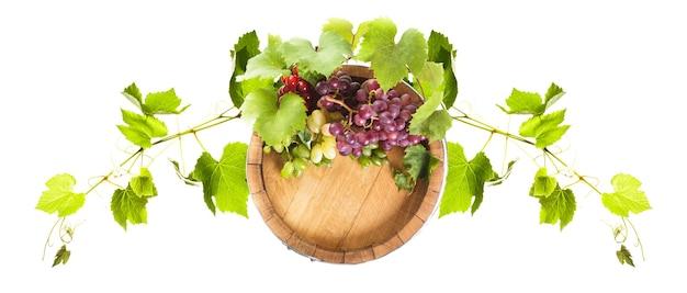 Raisins sur tonneau en bois avec du vin sur un blanc