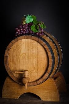 Raisins sur tonneau en bois avec du vin et de l'espace de copie