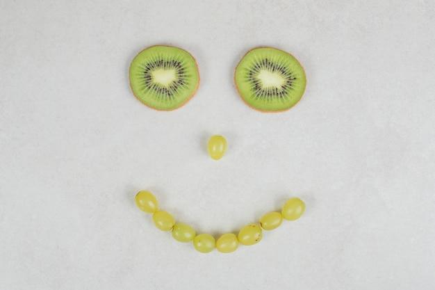 Raisins et tranches de kiwi en forme de visage