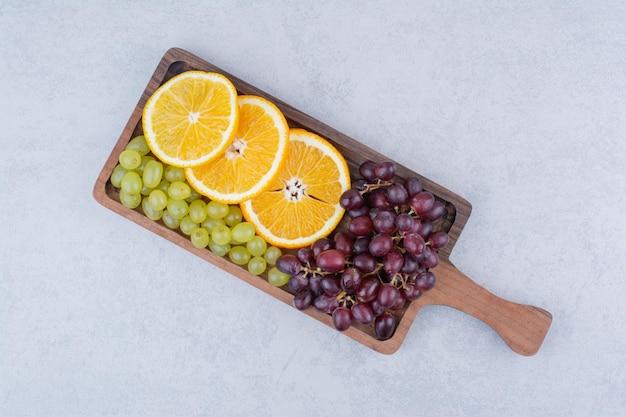 Raisins et tranches d'orange sur planche de bois. photo de haute qualité