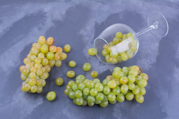 Raisins verts dans un verre à vin