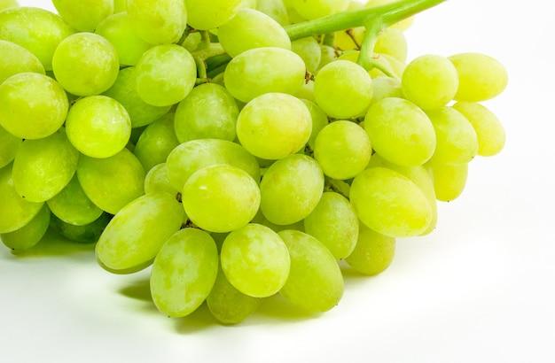 Raisins verts frais isolés sur une surface blanche