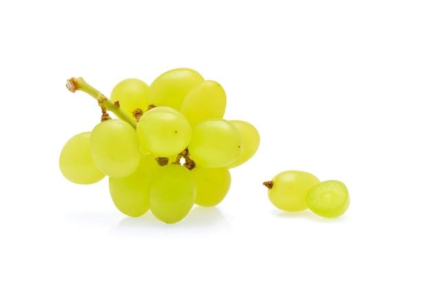 Raisins verts isolés sur blanc