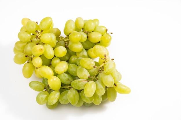 Raisins verts mûrs sur fond blanc produits biologiques de la ferme