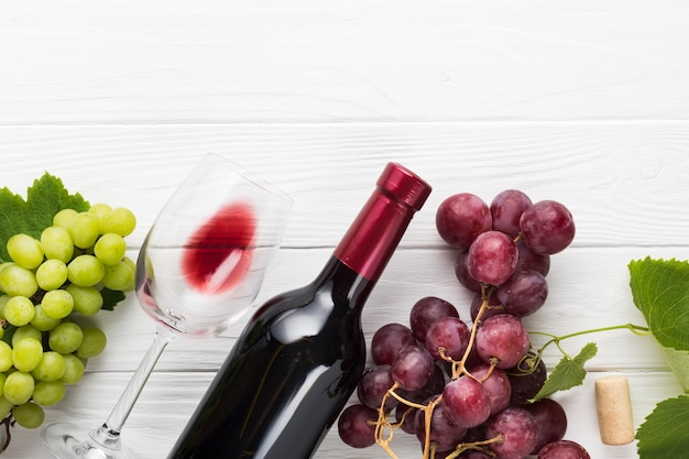 Raisins verts et rouges avec du vin
