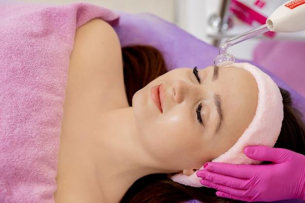 Rajeunissement du visage à l'aide de l'électrothérapie