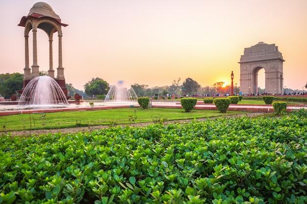 Rajpath sitting park avec la porte de l'inde et la canopée, new delhi, inde.