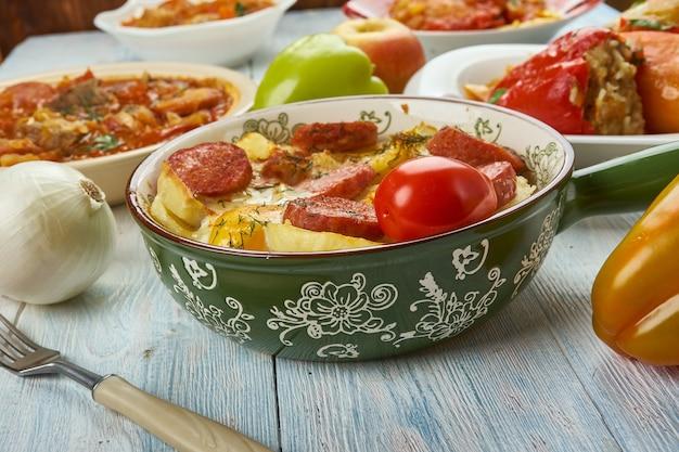 Rakott krumpli , casserole de pommes de terre en couches, cuisine hongroise, plats traditionnels assortis, vue de dessus.