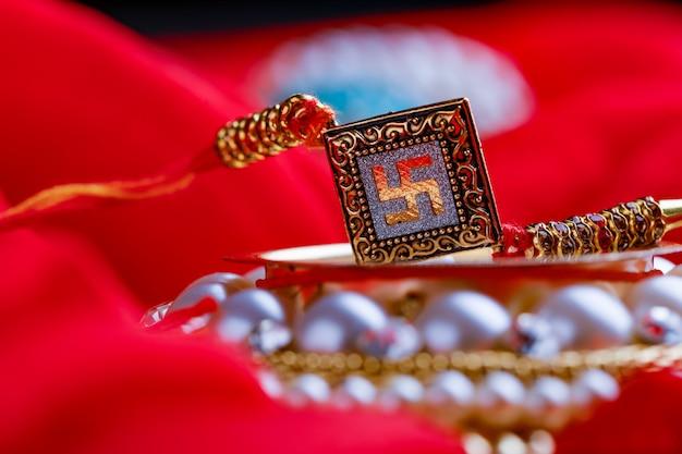 Raksha bandhan rakhi sur fond rouge