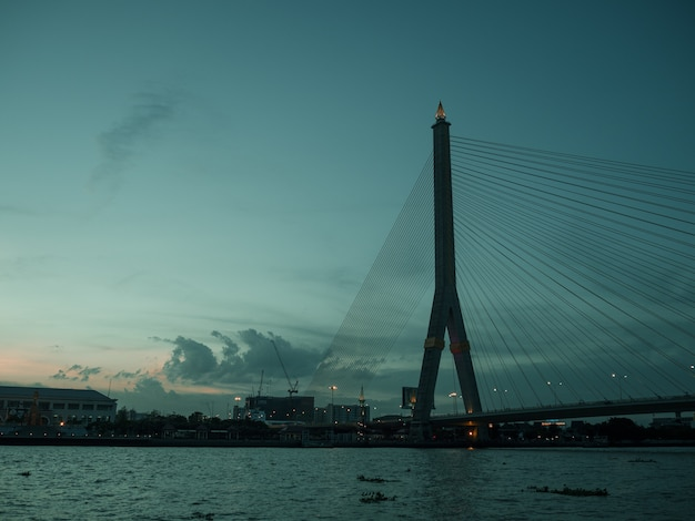 Rama 8 pont paysage du soir sur la rivière chao pra ya à bankgkok en thaïlande.
