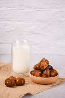 Ramadan iftar avec des dattes, des fruits et du lait copyspace pour votre texte