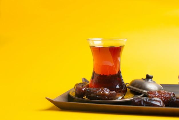 Ramadan kareem festival, dates au bol avec une tasse de thé noir