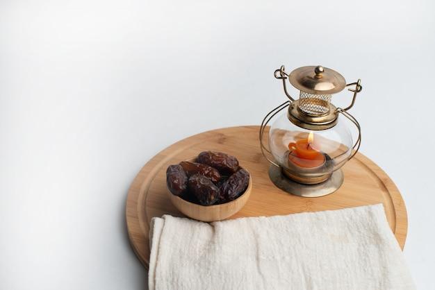 Ramadan kareem festival, dates sur un bol en bois avec une lampe à bougie