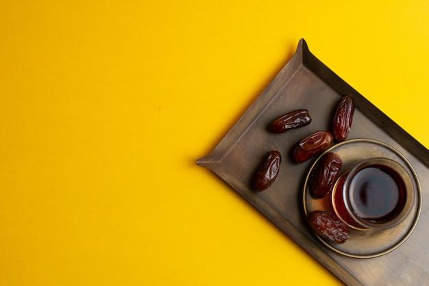 Ramadan kareem festive, dates sur assiette et tasse de thé noir