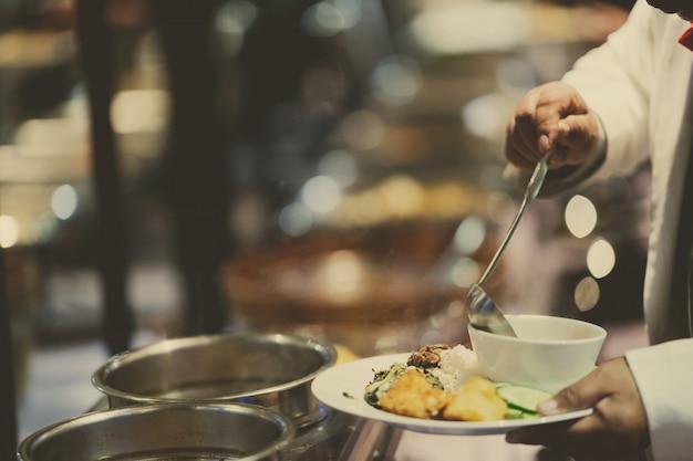 Ramasser la nourriture, nourriture buffet au restaurant, restauration