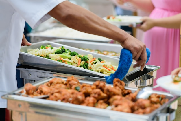 Ramasser la nourriture, nourriture sous forme de buffet au restaurant, restauration