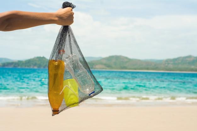 Ramasser le plastique de la plage recycler