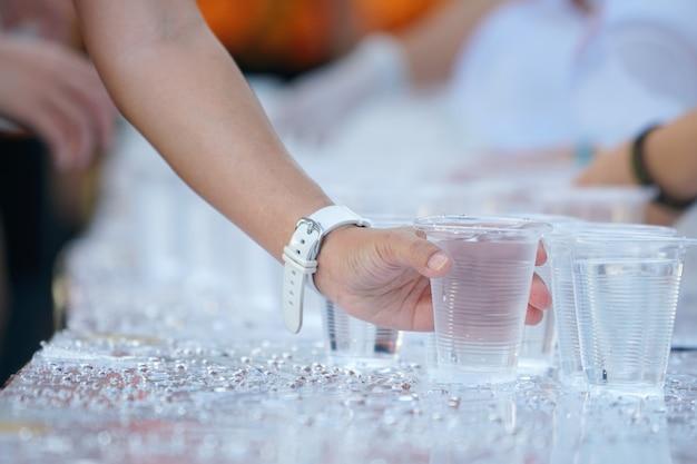 Ramasser le verre à la main