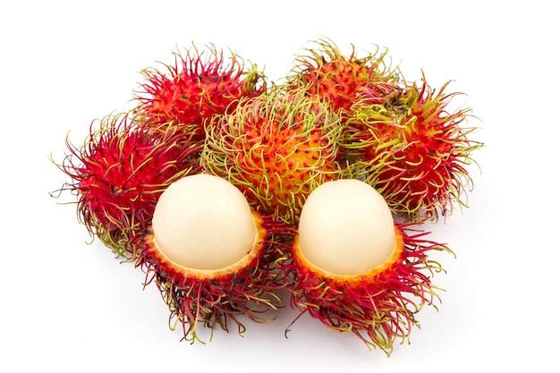 Ramboutan doux fruit délicieux sur fond blanc