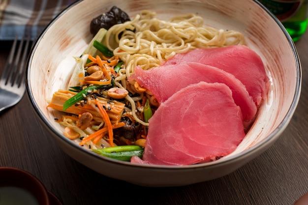 Ramen asiatique au thon et nouilles dans un restaurant