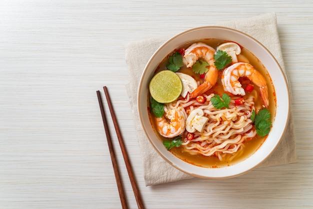 Ramen de nouilles instantanées dans une soupe épicée aux crevettes (tom yum kung) - cuisine asiatique