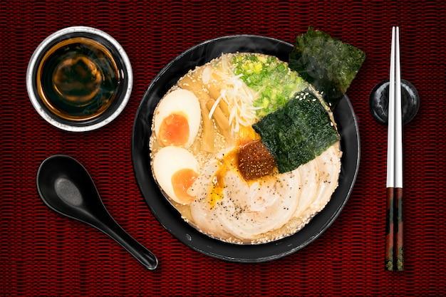 Les ramen sont des nouilles japonaises.