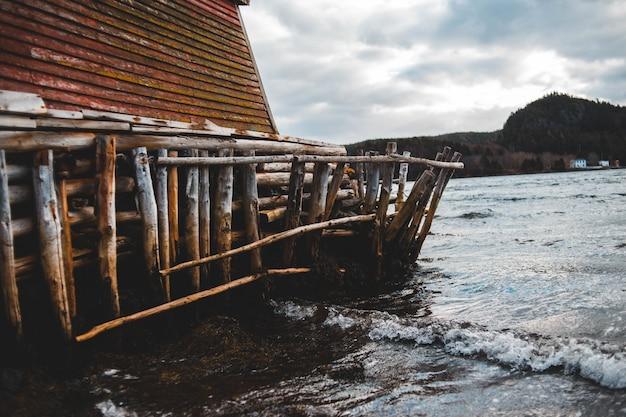 Rampe en bois près des vagues de la mer